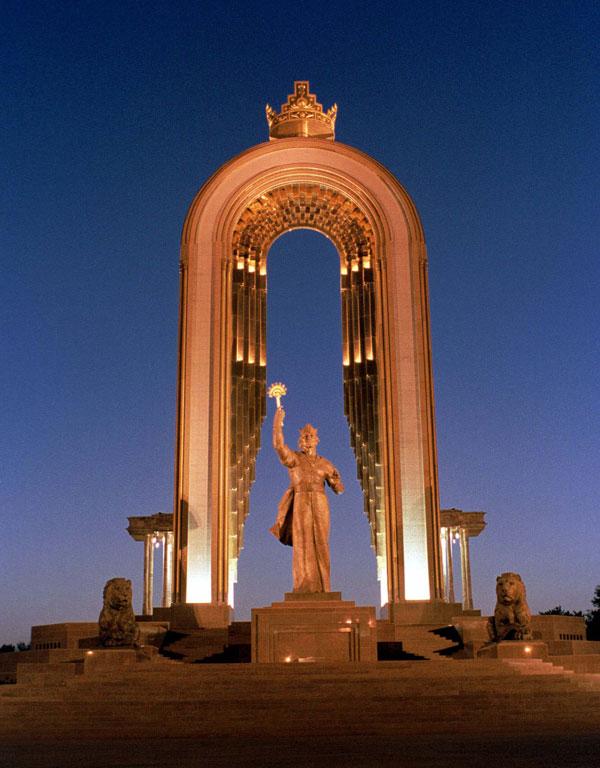 Памятник И. Сомони – основателю первого таджикского государства