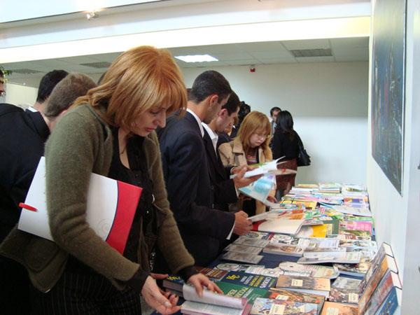 Посетители выставки знакомятся с экспозицией