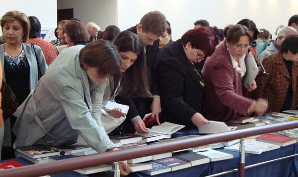 Посетители выставки проявили оживленный интерес к экспозиции книг