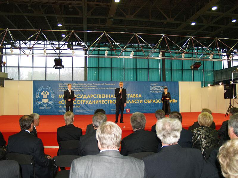 Министр образования и науки Российской Федерации А.А. Фурсенко приветствует участников выставки «СНГ: сотрудничество в области образования»